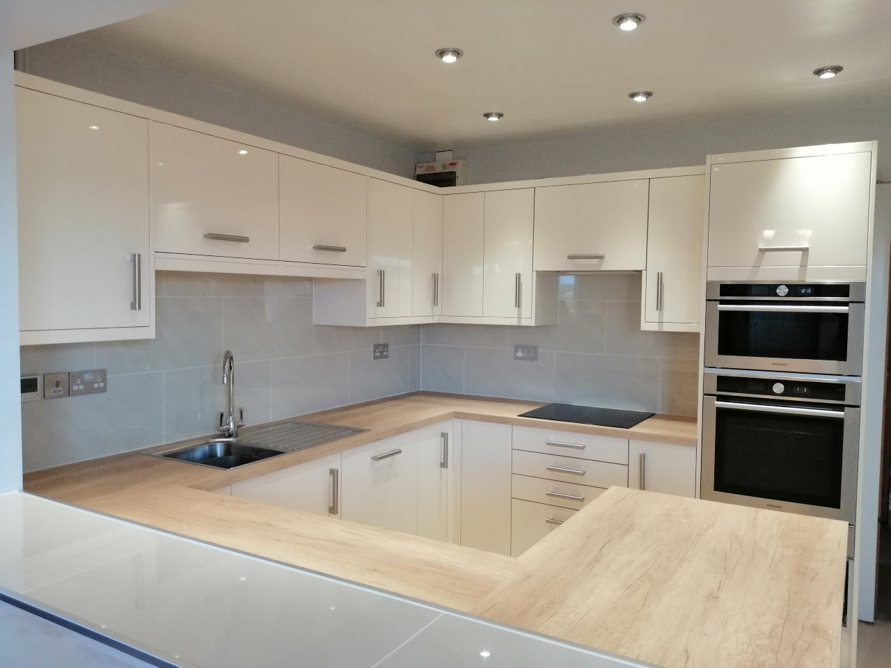 how much does a kitchen fitter charge